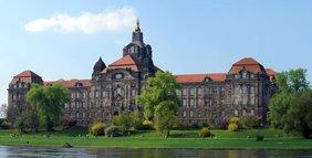 Seit 1990 ist dieses Gebäude Sitz der Sächsischen Staatsregierung und der Sächsischen Staatskanzlei.