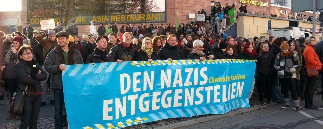 Viele Menschen mit Schildern gegen Rassismus und Nazis