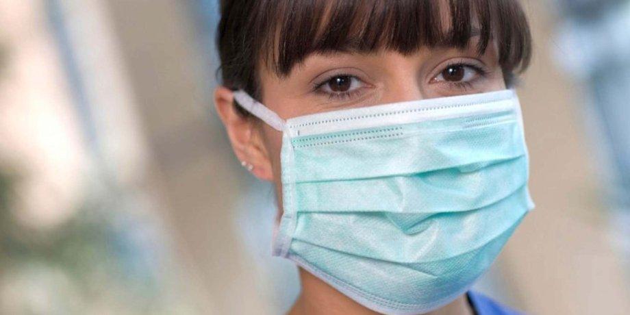 Beschäftigte mit Mund-Nasen-Schutz