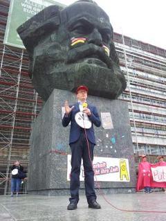 Alexander Kraus spricht zu den Teilnehmern der Demonstration.