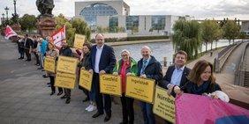 """Menschenkette """"Wohnen ist Menschenrecht"""" am 19. September 2019 in Berlin vor Bundeskanzleramt"""