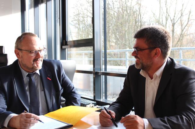 Handwerkskammerpräsident Frank Wagner mit DGB Regionsgeschäftsführer Ralf Hron im Gespräch zur Resolution der Vollversammlung.