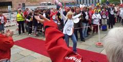 eine Frau läuft über einen roten Teppich