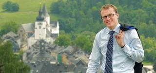 Alexander Krauß steht auf einer Anhöhe über Schwarzenberg