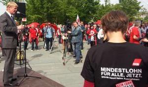 Der Vorsitzende des DGB Reiner Hoffmann spricht zur Kundgebung