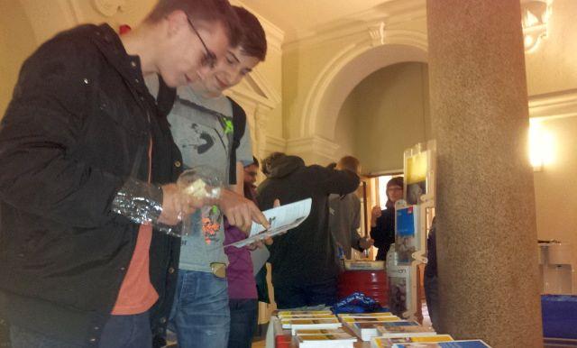 Jugendliche lesen Infobroschüren der Gewerkschaften