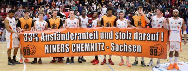 Die Niners mit einem Transparent auf dem steht: 33% Ausländeranteil und stolz darauf!
