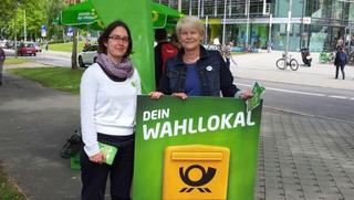 Petra Zais mit einer Kollegin am Wahlinfostand