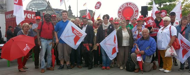 Die Kolleginnen und Kollegen aus Südwestsachsen sehen gemeinsam vor der Bühne der Kundgebung zum Fototermin.