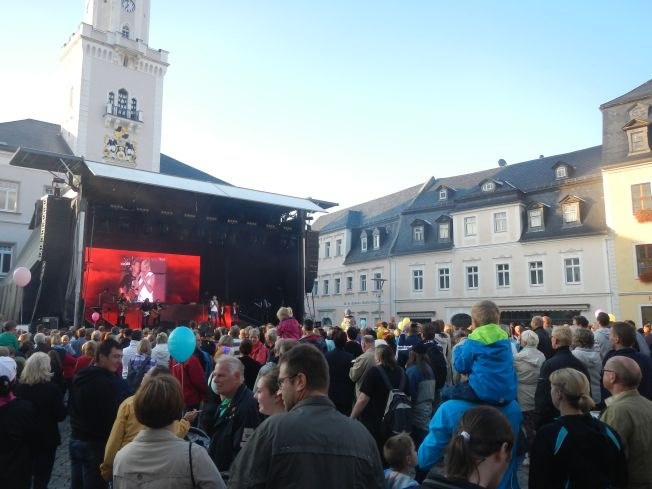 Das Publikum des Bürgerfestes ca. 3000 Menschen vor einer Bühne