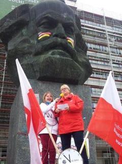 Rita Müller spricht zu den Demonstrationsteilnehmern
