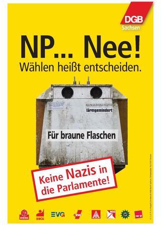 """Das Plakat der Kampagne NP...Nee! Zusehen ist eine Mülltonne auf der steht: Für braune Flaschen. Außerdem steht der Spruch: """"Wählen heißt entscheiden."""" und der SPruch: """"Keine Nazis in die Parlamente."""" auf dem Plakat. Die Logos der DGB Gewrkschaften sind abgebildet."""