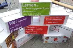 Pappkartons mit diversen Aufschriften zum Thema Bildung