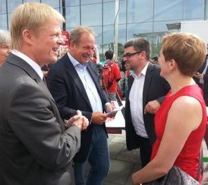 Die Kolleg(inn)en Rüthrich, Hoffmann, Bsirske und Hron sprechen auf der Kundgebung miteinander