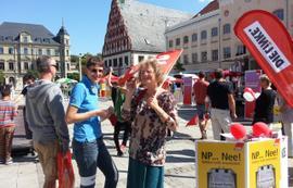fröhliche Menschen auf dem Bürgerfest gegen die NPD