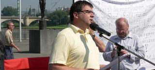 Klaus Tischendorf steht auf einer Kundgebung am Mikrofon und hält eine Rede