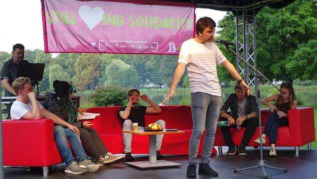 Toni Fischer und die Political-Poetry-Slamer am 26.8.2017 auf der Bühne der DGB Jugend.
