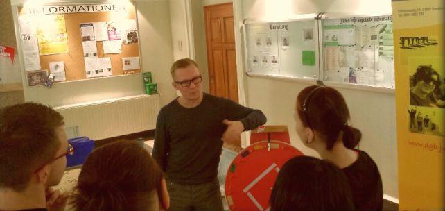 Jugendliche diskutieren mit einem Teamer der DGB Jugend