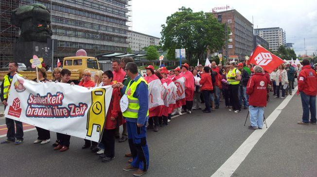 Die Demonstration stellt sich vor dem Marxdenkmal auf.