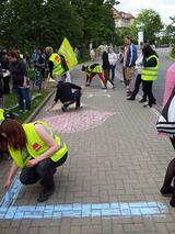 """Auszubildende des Klinikums Chemnitz malen mit Kreide den Spruch: """"Ein Herz für Azubis."""" auf den Boden"""