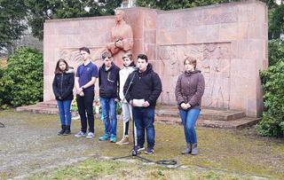 Schülerinnen und Schüler aus Chemnitz formulieren ihre Gedanken zum Friedenstag.
