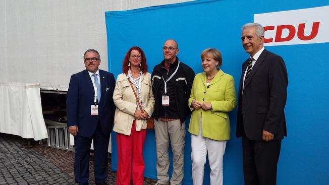 Der Kreisvositzende des DGB Michael Wilnecker mit Bundeskanzlerin Angela Merkel und dem sächsichen Ministerpräsidenten Stanilaw Tilich
